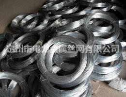 镀锌丝通过精密的自动化机械技术电焊加工制成镀锌钢丝网